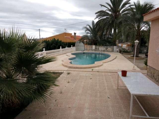 Chalet cerca del pueblo con piscina y parking